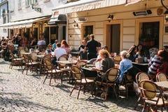 Praga, Wrzesień 29, 2017: Popularna uliczna kawiarnia blisko Charles mosta Tutejsi mieszkanowie i turyści odpoczywają, jedzą, i Obrazy Stock