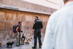 Praga, Wrzesień 29, 2017: Policjant opowiada bezdomna osoba lub sprawdza jego dokumenty Zdjęcie Stock