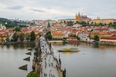 Praga y Charles Bridge fotos de archivo