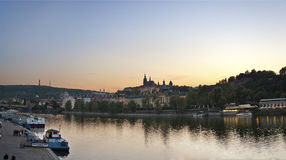 Praga y río en el crepúsculo imagenes de archivo