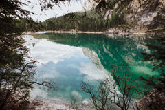 Pragser Wildsee en las dolomías Foto de archivo libre de regalías