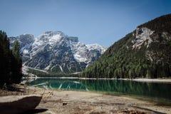 Pragser Wildsee in het Dolomiet royalty-vrije stock afbeelding
