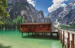 Pragser wildsee med dess sjöbod arkivbild