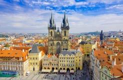 PRAGUA TJECKISK republik Oktober, 10: Gammal stadfyrkant och kyrka av oskulden Maria Before Tyn, Prague, Tjeckien på Oktober, 10, Arkivfoton
