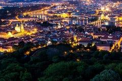 Prague à l'heure bleue crépusculaire, vue des ponts sur Vltava avec Mala Strana, château de Prague Photographie stock libre de droits
