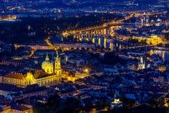 Prague à l'heure bleue crépusculaire, vue des ponts sur Vltava avec Mala Strana, château de Prague Photographie stock