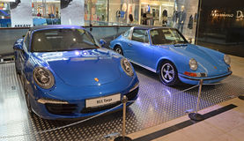 PRAGUE - APRIL 14: Två utvecklingar av Porsche 911 Targa Arkivbild