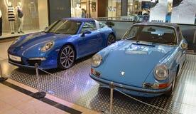 PRAGUE - APRIL 14: Två utvecklingar av Porsche 911 Targa Royaltyfria Bilder
