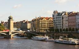 Prague arkitektur som dansar huset, Vltava flod, skepp, Tjeckien Royaltyfria Bilder