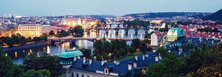 Prague au crépuscule, vue des ponts sur Vltava Image libre de droits