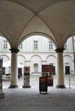 Prague august 29: Arcade Pathwalk i gammal stad av Prague, Tjeckien Royaltyfria Foton