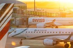 PRAGUE - Augusti 13, 2016: Kommersiella flygplan på Vaclav Havel Airport Prague på April 7, 2016 och att stiga ombord passagerare fotografering för bildbyråer