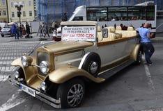 Prague Augusti 29: Tappningbilen för sight turnerar av Prague i Tjeckien Arkivbild