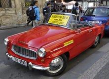 Prague Augusti 29: Tappningbilen för sight turnerar av Prague i Tjeckien Arkivfoton