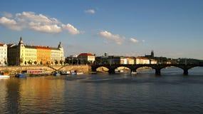 Prague bro över floden Vltava Arkivfoto