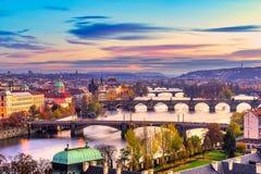 Prague broar över den Vitava floden, Tjeckien Arkivbild