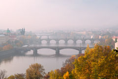 Prague broar på dimmig höstmorgon Arkivfoton