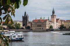 Prague bron över Vltavaen, slotten, 2017-09-12 arkivfoton