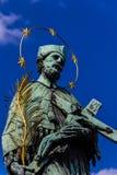 Prague Charles Bridge - St John av Nepomuk Arkivbild