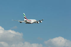 PRAGUE CZ - MAJ 10: Superjumbo för emiratflygbuss A380 i flygplatsen Vaclava Havla i Prague, Maj 10, 2016 PRAGUE, TJECKIEN _ Arkivbilder