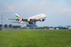 PRAGUE CZ - MAJ 10: Superjumbo för emiratflygbuss A380 i flygplatsen Vaclava Havla i Prague, Maj 10, 2016 PRAGUE, TJECKIEN _ Royaltyfri Bild