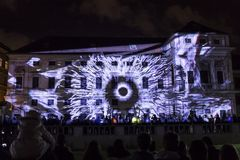 PRAGUE, CZ - 12 OCTOBRE 2017 : un 3D videomapping Multiverse par Filip Roca, festival 2017, Prague de signal photos stock
