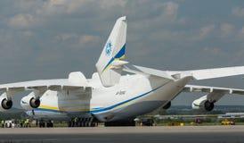 PRAGUE CZE - MAJ 10: Antonov 225 flygplan på flygplatsen Vaclava Havla i Prague, Maj 10, 2016 PRAGUE, TJECKIEN Det är det stort Arkivbilder