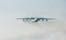 PRAGUE CZE - MAJ 12: Antonov 225 flygplan på flygplatsen Vaclava Havla i Prague, Maj 12, 2016 PRAGUE, TJECKIEN Det är det stort Arkivfoto