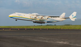 PRAGUE CZE - MAJ 12: Antonov 225 flygplan på flygplatsen Vaclava Havla i Prague, Maj 12, 2016 PRAGUE, TJECKIEN Det är det stort Royaltyfri Fotografi
