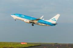 PRAGUE CZE - MAJ 12: Det Boeing 737-7K2 KLM flygplanet avgår från flygplatsen Vaclava Havla i Prague, Maj 12, 2016 PRAGUE, TJECKE Royaltyfria Foton