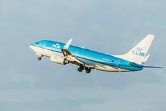 PRAGUE CZE - MAJ 12: Det Boeing 737-7K2 KLM flygplanet avgår från flygplatsen Vaclava Havla i Prague, Maj 12, 2016 PRAGUE, TJECKE Arkivfoton