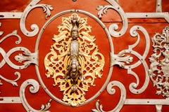 PRAGUE CZECHIA - OKTOBER 18, 2017: Dörrfasad av kyrkan av vår dam Kyrka av vår dam, för är den gotiska kyrkan och en domina Royaltyfria Bilder