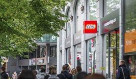 PRAGUE CZECHIA - 12TH APRIL 2019: Den röda Lego logoen utanför museet och lagret i i stadens centrum Prague fotografering för bildbyråer