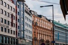 PRAGUE CZECHIA - 10TH APRIL 2019: Ljusa färgrika högväxta byggnader som finnas i det Prague centret arkivbild