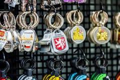 PRAGUE CZECHIA - 10TH APRIL 2019: Traditionella tjeckiska Keyringsouvenir som är till salu i en turist, shoppar i Prague arkivfoto