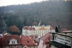 PRAGUE - 7 DÉCEMBRE : Poses de femme dans le balcon de café de starbucks photographie stock