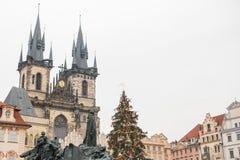 Prague December 13, 2016: Dekorerade julgranställningar på den huvudsakliga fyrkanten i Prague under det nya året semestrar Royaltyfria Bilder