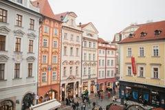 Prague December 13, 2016: Fyrkanten kallas den lilla fyrkanten som lokaliseras bredvid den gamla stadfyrkanten på jul Lyckligt Fotografering för Bildbyråer
