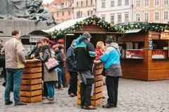 Prague December 13, 2016: Gammal stadfyrkant i Prague på juldagen Jul marknadsför i den huvudsakliga fyrkanten av staden Arkivbilder