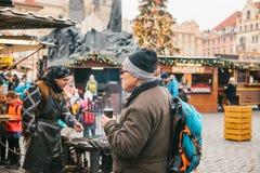 Prague December 13, 2016: Gammal stadfyrkant i Prague på juldagen Jul marknadsför i den huvudsakliga fyrkanten av staden Royaltyfria Bilder