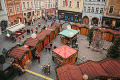 Prague December 13, 2016: Gammal stadfyrkant i Prague på juldagen Jul marknadsför i den huvudsakliga fyrkanten av staden Arkivfoto
