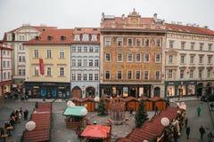 Prague December 13, 2016: Gammal stadfyrkant i Prague på juldagen Jul marknadsför i den huvudsakliga fyrkanten av staden Arkivfoton