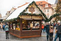 Prague December 24, 2016: Gammal stadfyrkant i Prague på juldagen Jul marknadsför i den huvudsakliga fyrkanten av staden Royaltyfri Foto