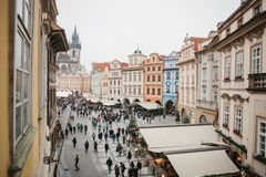 Prague December 13, 2016: Gammal stadfyrkant i Prague på juldagen Jul marknadsför i den huvudsakliga fyrkanten av staden Fotografering för Bildbyråer