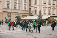 Prague December 13, 2016: Gammal stadfyrkant i Prague på juldagen Jul marknadsför i den huvudsakliga fyrkanten av staden Royaltyfri Foto
