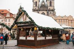 Prague December 13, 2016: Gammal stadfyrkant på juldagen Jul marknadsför i den huvudsakliga fyrkanten av staden garnering Royaltyfria Bilder