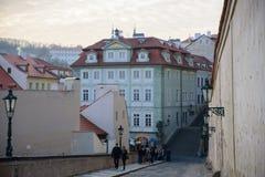 PRAGUE - DECEMBER 07: Grupp av turister som går på en bakgata a Arkivfoto