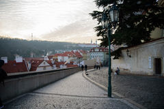 PRAGUE - DECEMBER 07: Grupp av turister som går på gatan på Arkivbild