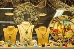 Prague December 13, 2016: Härlig jul shoppar fönstret med Prague souvenir - plattan, doft, smycken Royaltyfri Fotografi