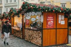Prague December 13, 2016: Julmarknad i den huvudsakliga fyrkanten Kvinnan ser med häpnad och glädje på dekorerad Royaltyfri Foto